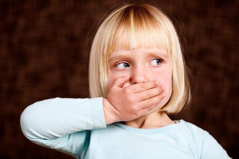 ¿Qué es y por qué se produce el mal aliento en los niños?