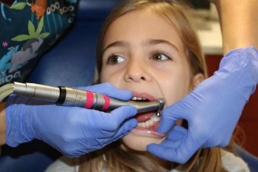 Neteja dental en bebès, nens i adolescents