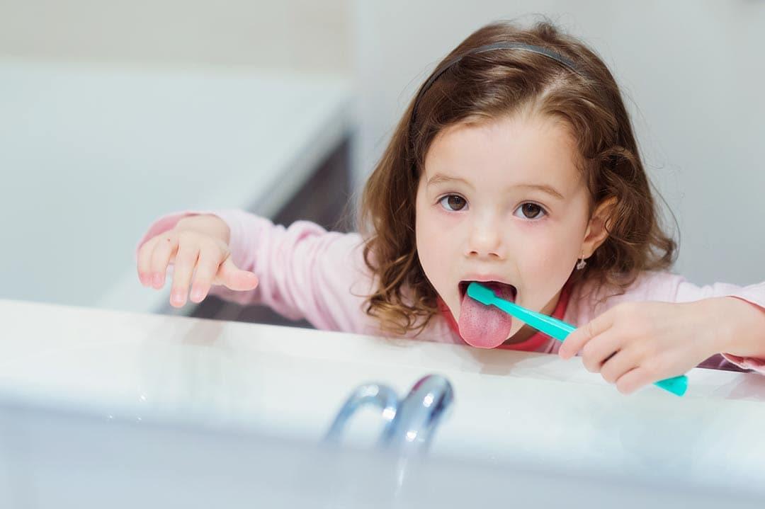 Cepillarse la lengua es muy importante: descubre cómo y por qué